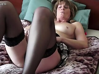Mature mom with hairy old cunt